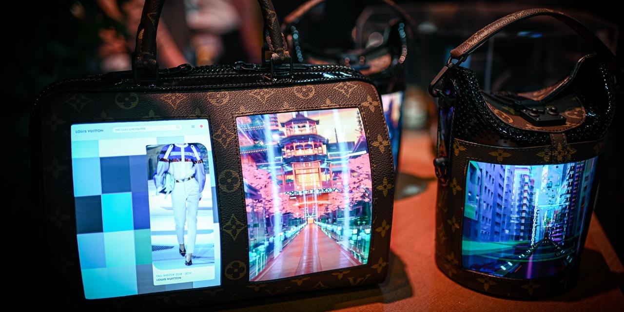 Louis Vuitton: Les écrans flexibles pour smartphone s'invitent sur des sacs à main