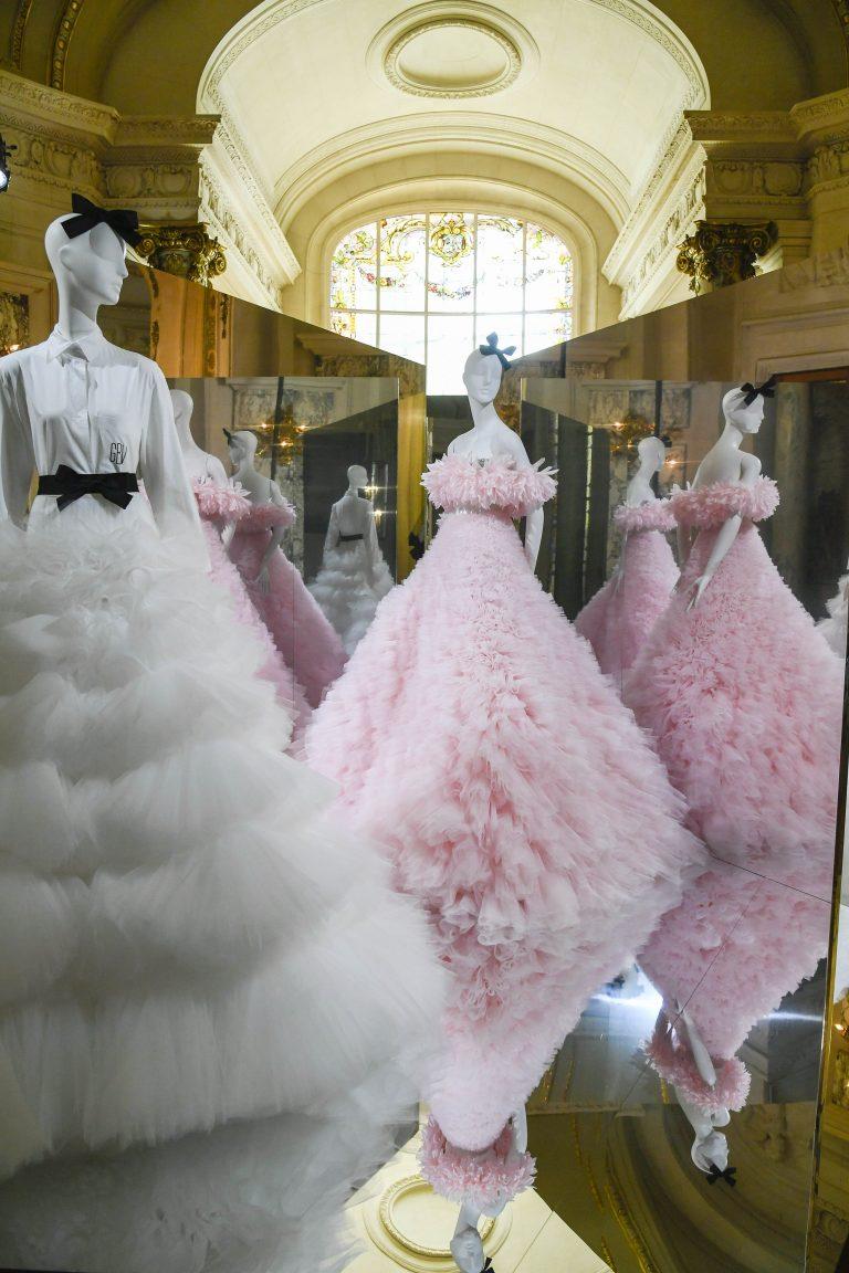Giambattista Valli choisit une exposition de mode d'inspiration florale plutôt qu'un défilé